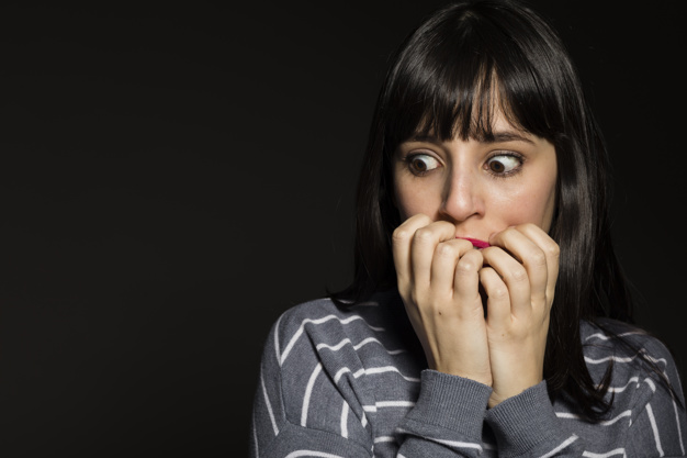 Le Covid une arnaque ? Scared-woman-covering-mouth_23-2147808144